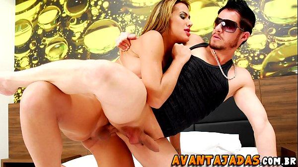 Homem dando cu em motel pra travesti avantajada
