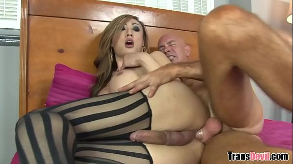Porno profissional com travesti dotada dando cu