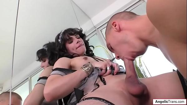 Traveca feminina dotada de pau comendo o cu do namorado